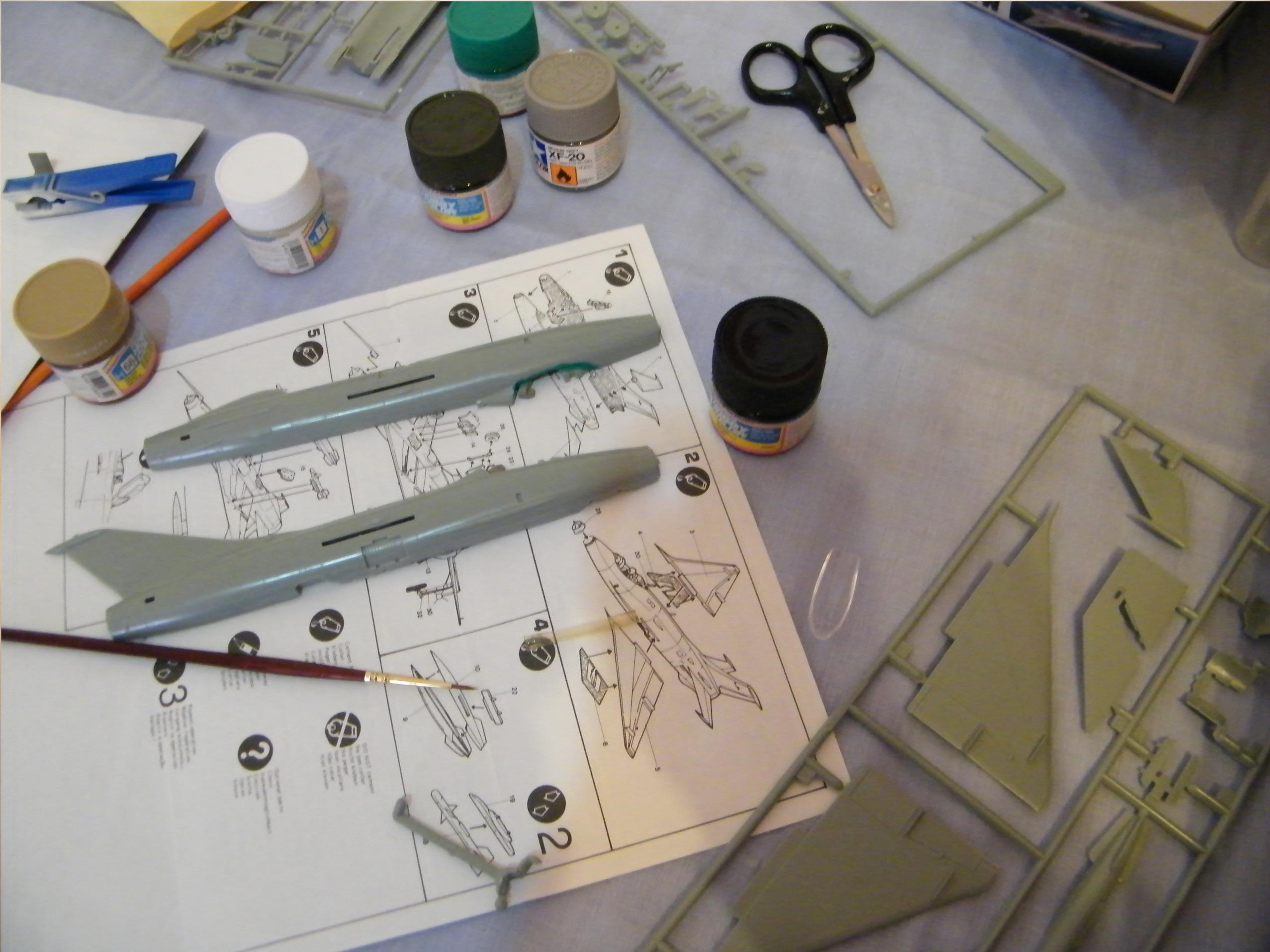 Mesa de trabajo durante el montaje de la maqueta del Mig-21